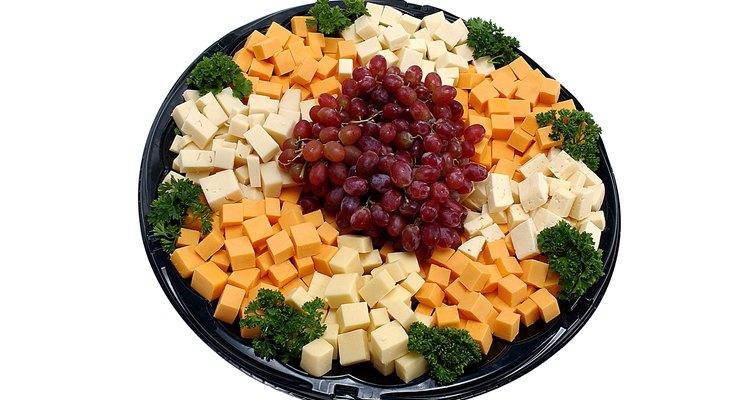 Corta el queso en trozos más pequeños.