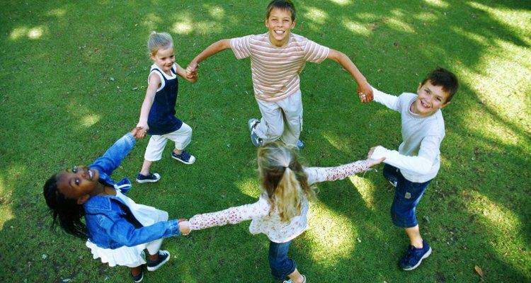 Los niños pueden jugar en el patio o en el parque.