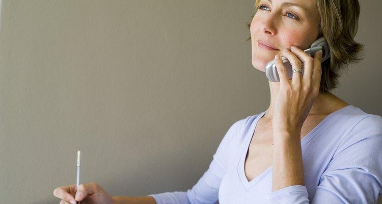 Mujer haciendo una llamada telefónica.