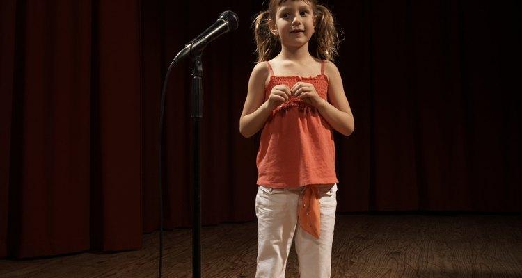 Muchos niños se sienten nerviosos cuando la gente los mira.