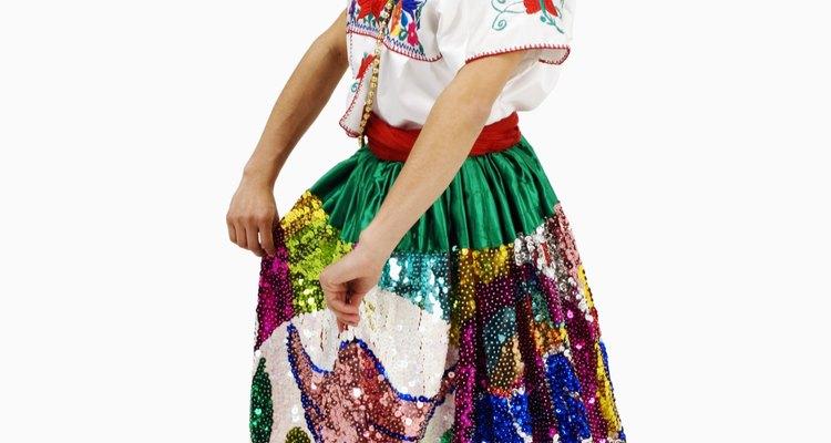 Dançarinas costarriquenhas vestem tops brancos e saias coloridas