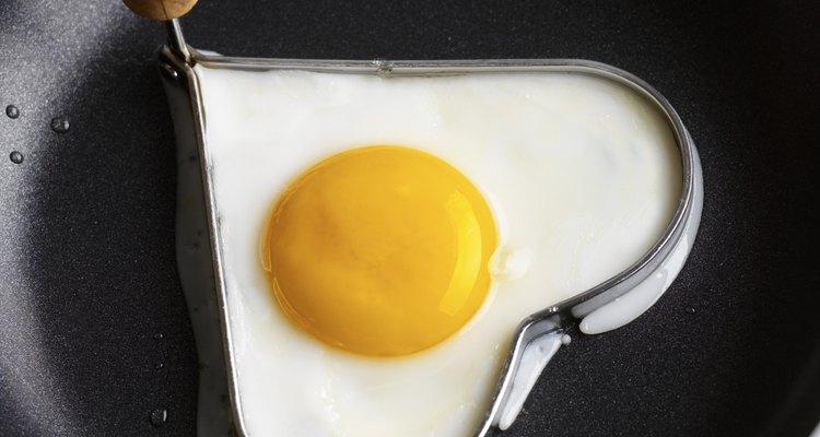 O revestimento de panelas de teflon pode lascar, mas são inertes e não tóxicos
