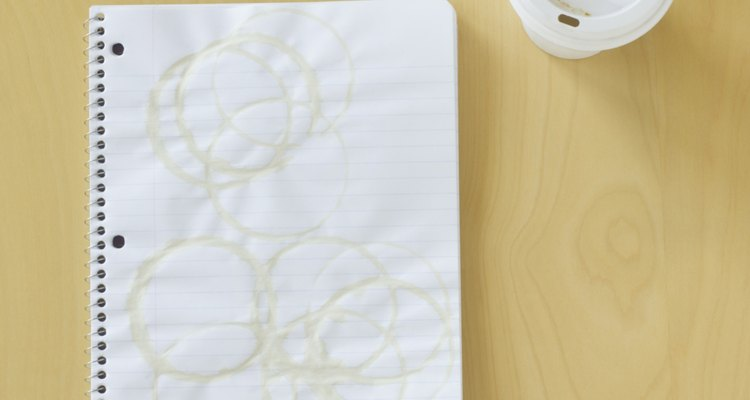 Cubre la mancha con una gruesa capa de harina de maíz para absorber el aceite del papel.