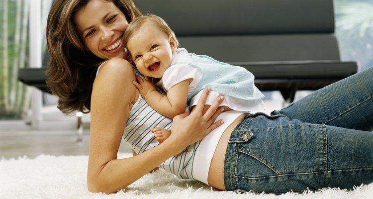 Colocar a tu bebé sobre tu propio estómago puede hacer esa posición más cómoda para el.