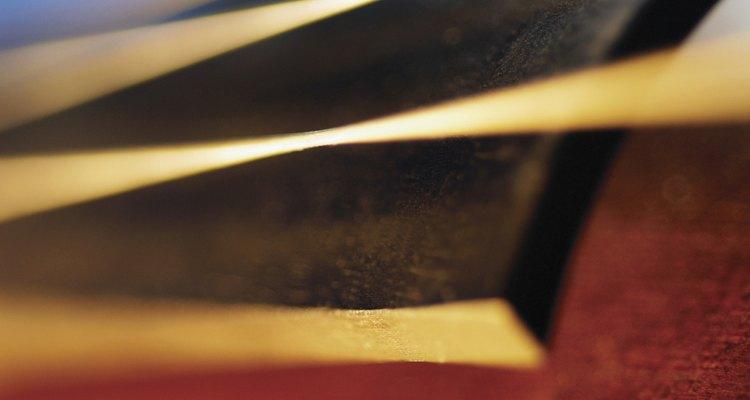 A corrosão em instrumentos musicais ocorre porque o material do instrumento reage com agentes do ar e também com a umidade