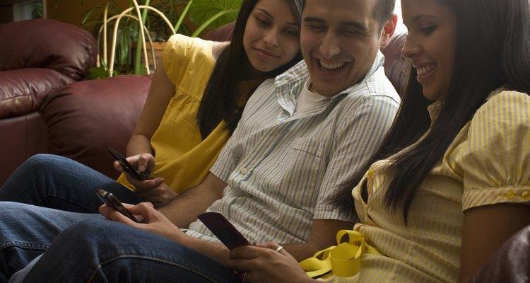 Adolescente viendo su teléfono.