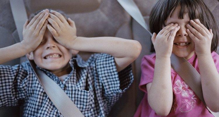 Los juegos que se centran en habilidades descriptivas ayudan a tu hijo a aprender mientras juega. Para jugar un juego de adivinanzas, elije un objeto y descríbelo sin revelar lo que es.