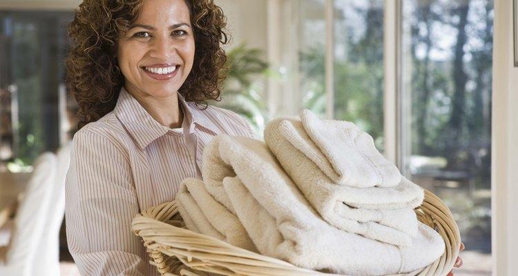 Ilumina los blancos con blanqueador y detergente de lavandería.