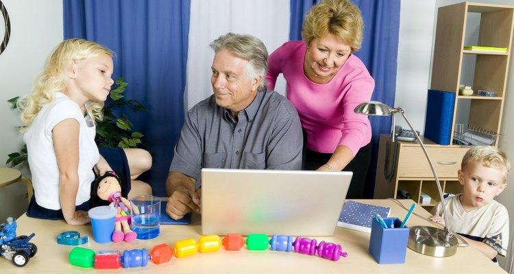 Adultos devem ajudar as crianças com programas de computador