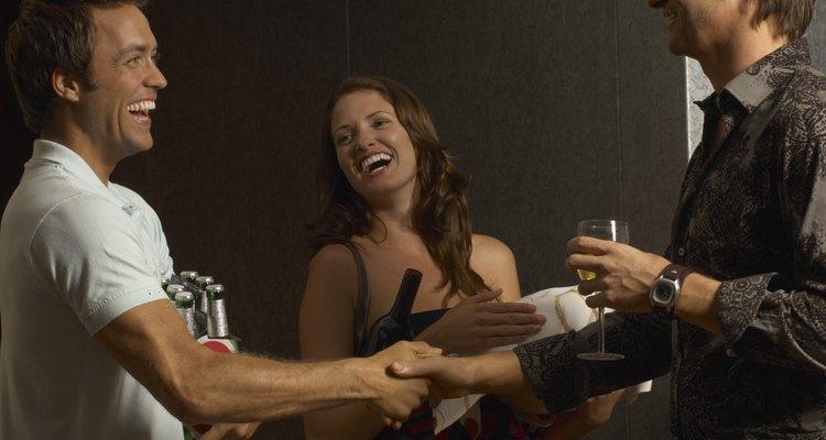 Comparte cerveza y una linda sonrisa con sus amigos.
