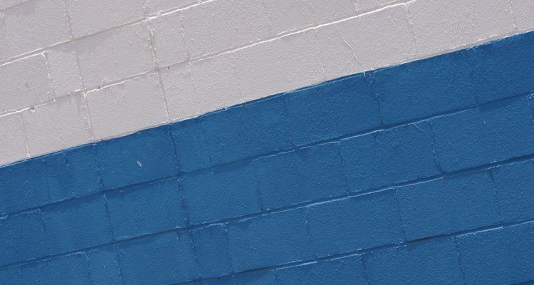 Las paredes de hormigón pueden tener una apariencia de estar inacabadas si las dejas descubiertas.