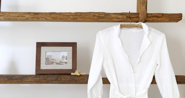 El nailon no se encoge fácilmente, pero puede que quieras colgar tu blusa para secar.