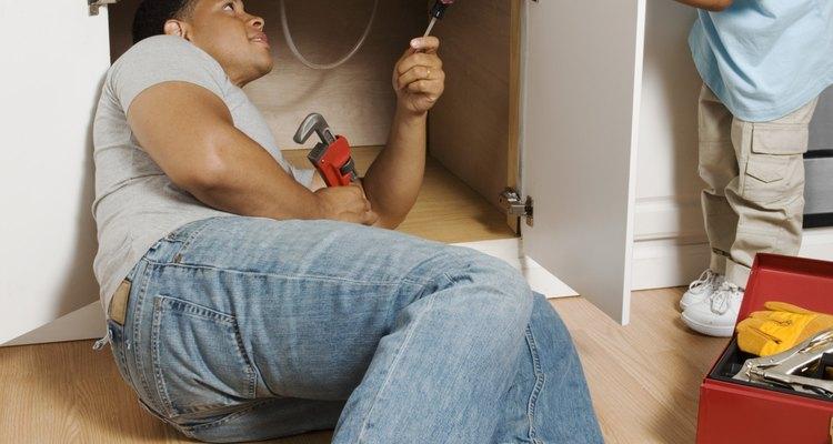 Reparar las fugas en tu lavabo es una tarea sencilla que puedes hacer por ti mismo en poco tiempo.