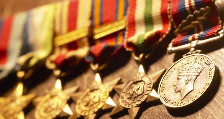 Aprende a colocar las medallas en el uniforme militar de gala.