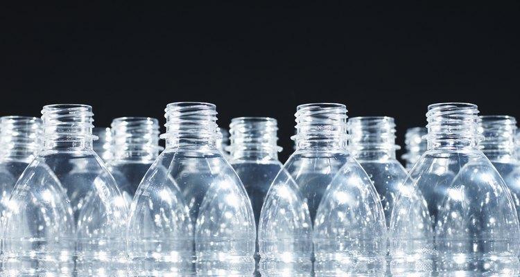 Es importante quitar la etiqueta de las botellas antes de su reciclaje.