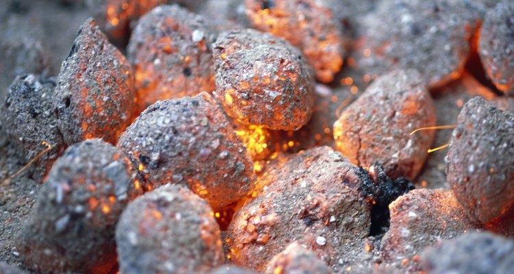 Quemar carbón en una estufa requiere paciencia, pero no es difícil.