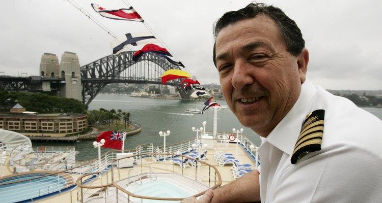Um capitão de navio de cruzeiro posa para uma foto em Sidney, Australia