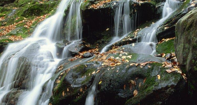El agua cae sobre las rocas en el sendero Dark Hollow Falls en Shenandoah National Park.