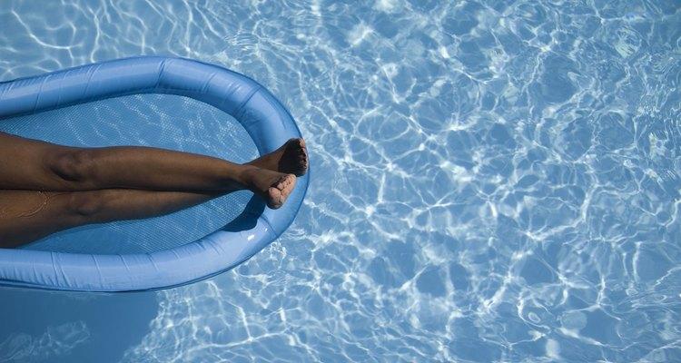 Boias infláveis são uma grande diversão em piscinas