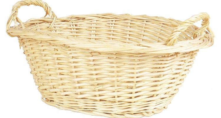 Una cesta de mimbre con asas será fácil de transportar.