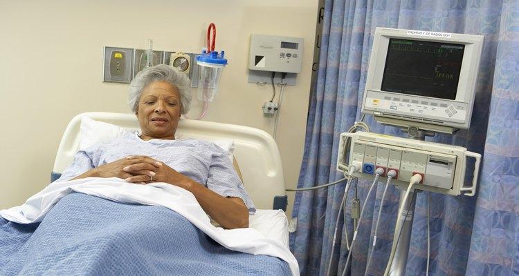 Homem hospitalizado após sofrer um ataque cardíaco