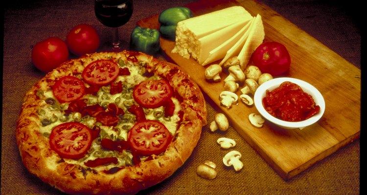Usa un horno de microondas para pizzas, para cocinar deliciosas pizza hecha en casa sin gastar el tiempo y energía que utiliza un horno convencional.