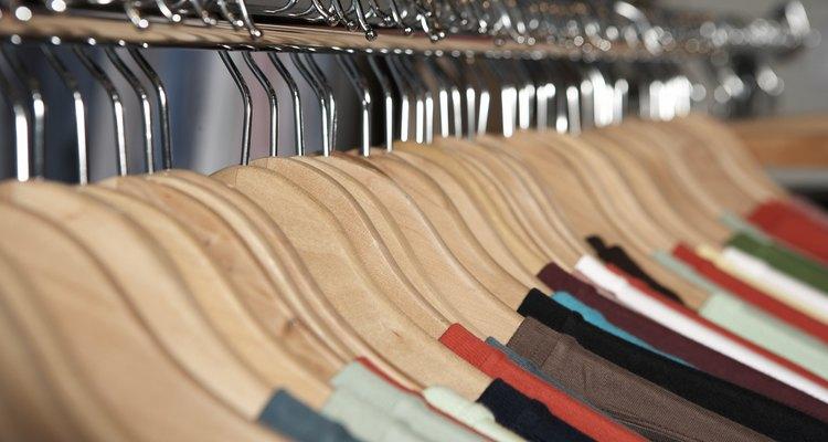 Tingir uma camiseta de cinza dá um pouco mais de trabalho do que fazer um tie-dye