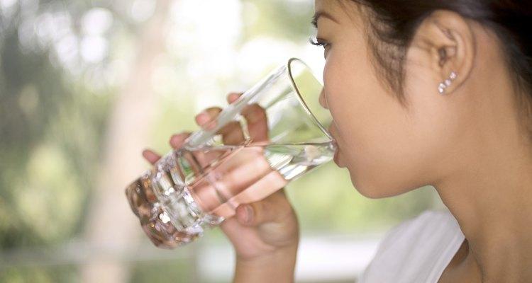 Beber agua es una manera sencilla de evitar el cuero cabelludo seco.