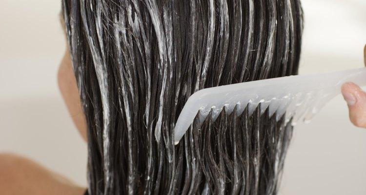 Los tratamientos acondicionadores son esenciales para el cabello seco.
