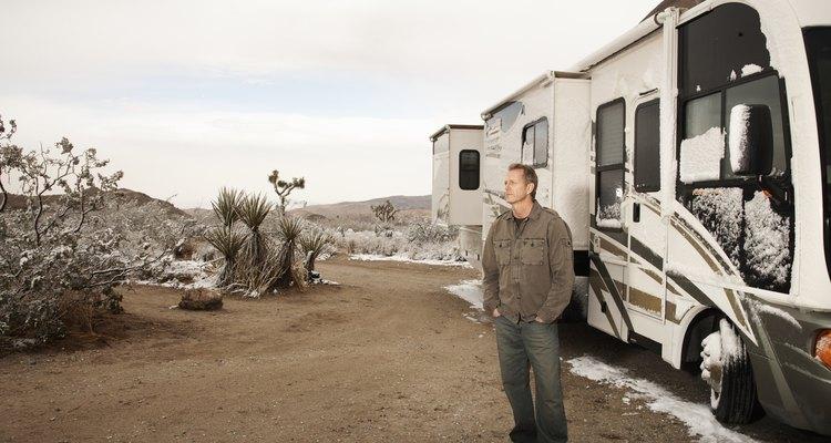 Algunos campistas instalan tiendas de campaña afuera del remolque para tener un cuarto adicional.
