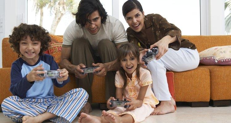 Padres en una fiesta de pijamas con sus hijos.