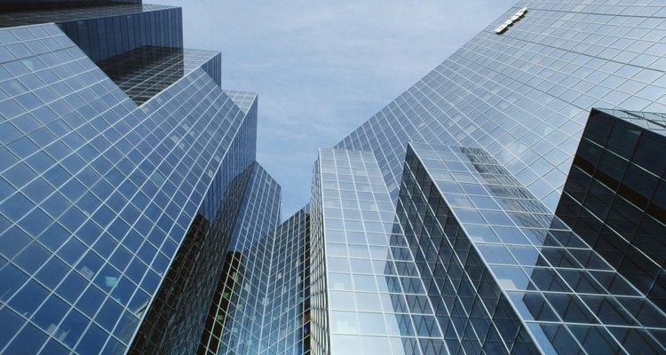 Los agentes de bienes raíces ayudan a propietarios y compradores de viviendas.