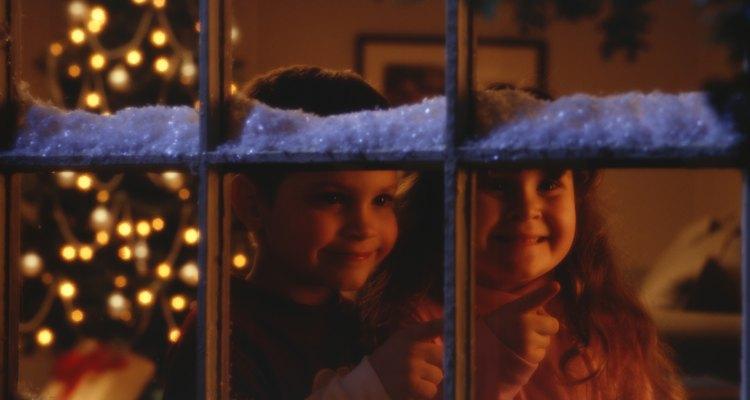 Pinta tus ventanas para navidad con una mezcla de témpera y jabón.