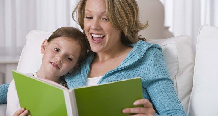 La lectura con tu hijo es una buena manera de involucrarlo previamente en el proceso.