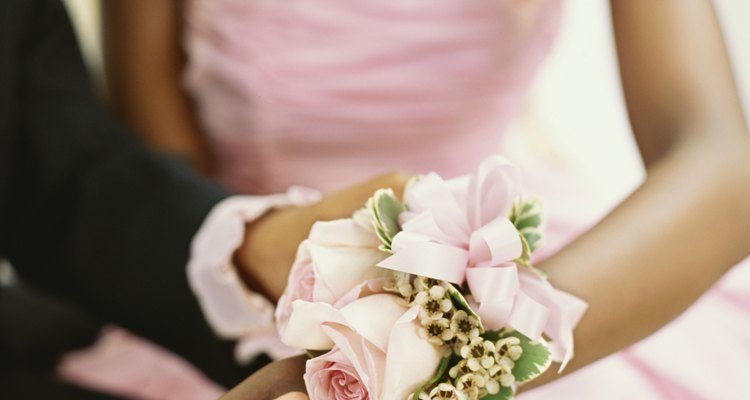 Jala la tira elástica o la base del ramillete en lugar de las flores.