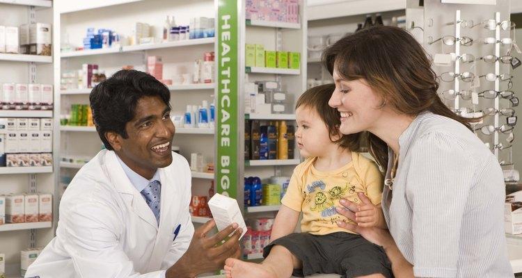 Una madre visita una farmacia para comprar medicamentos recetados para su hijo con TDAH.