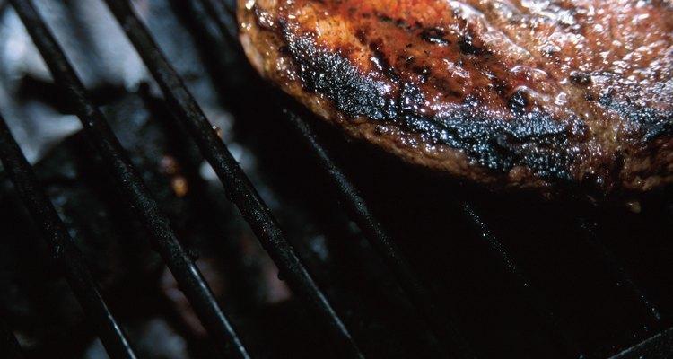 Una parrilla es una superficie para cocinar al aire libre o en el interior calentada por gas, electricidad o una llama abierta.