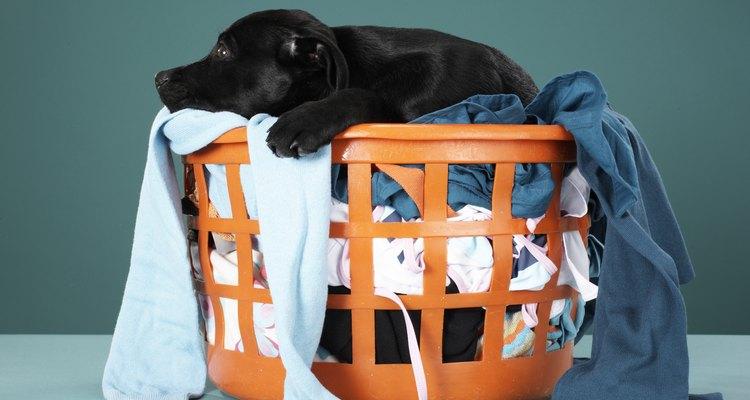 Hervir la ropa con bicarbinato puede ayudar a quitar las manchas.