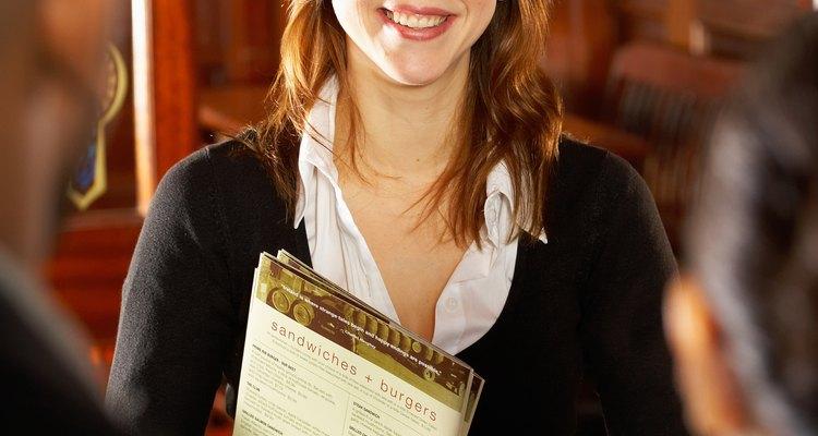 El cajero del restaurante puede ser la primer persona que ve un cliente al entrar en el establecimiento.