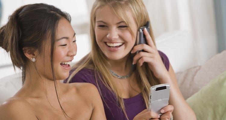 Los adolescentes usan teléfonos celulares para mantener la vida social próspera.
