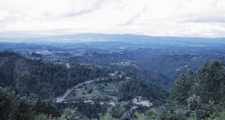 Paisajes de densos bosques nubosos desde escarpados senderos para quien guste del turismo de aventura.