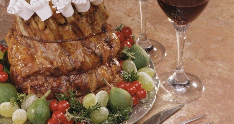 Fatiar uma costela de boi é o último passo antes de saborear a carne