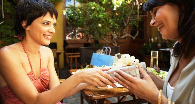 Mujeres intercambiando obsequios.