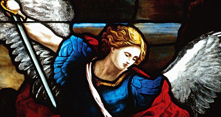 El arcángel Gabriel está representado como una figura fuerte que ofrece guía.