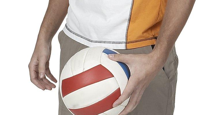 Los jugadores de vóleibol pueden lastimarse los brazos pasando y golpeando la pelota.