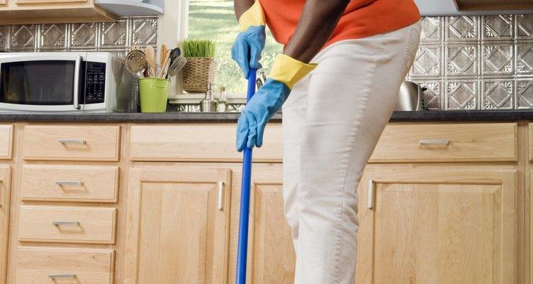 Si ni siquiera limpiando bien puedes hacer que el piso de tu cocina alquilada sea menos feo, prueba algunas opciones temporales o móviles para cubrirlo.