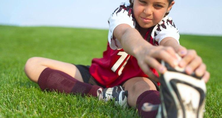 Fazer alongamentos antes de praticar esportes ou exercícios físicos é muito importante para as crianças