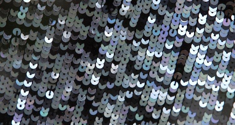 Las lentejuelas brillan y titilan cuando les da la luz.