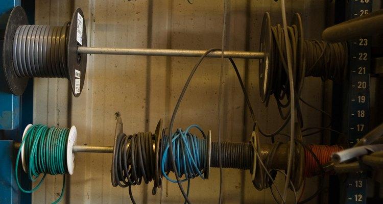 Os cabos possuem vários fios diferentes enrolados juntos em um isolante