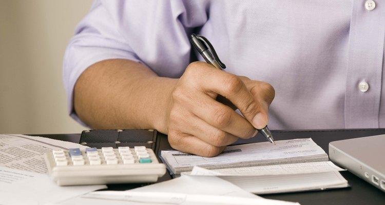 Las empresas envían cartas de solicitud de pagos a los clientes cuando los controles rebotan.